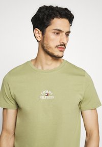Tommy Hilfiger - ARCH TEE - Print T-shirt - green - 3