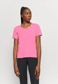 Nike Performance - CITY SLEEK - Camiseta estampada - pink glow/silver - 0