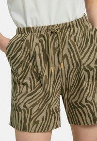 MARGITTES - Shorts - taupe/schwarz - 4