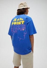 PULL&BEAR - Print T-shirt - mottled royal blue - 3