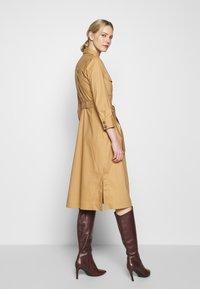 Pedro del Hierro - POPLIN DRESS WITH POCKETS - Kjole - light khaki - 2