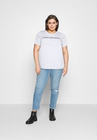 Calvin Klein Jeans Plus - CORE INSTITUTIONAL TEE - T-shirt con stampa - bright white - 1