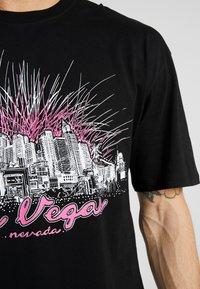 Revival Tee - LAS VEGAS TEE - T-shirt z nadrukiem - black - 4