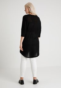 Vero Moda Curve - VMHONIE LOOSE LONG 3/4 TOP REP CURV - T-shirt à manches longues - black - 2