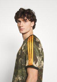 adidas Originals - CAMO TEE - T-shirt imprimé - hemp/brooxi/eargrn/ - 5