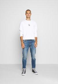 Calvin Klein Jeans - CENTER MONOGRAM CREW NECK - Felpa - bright white - 1