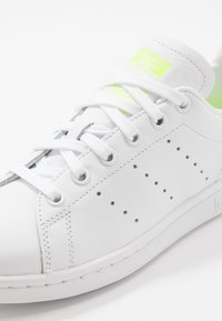 adidas Originals - STAN SMITH NEON HEEL SHOES - Baskets basses - footwear white/solar yellow - 6