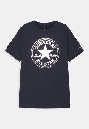 FOIL CHUCK PATCH TEE UNISEX - Print T-shirt - obsidian