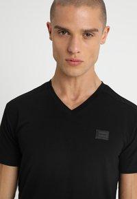 Antony Morato - SPORT V-NECK WITH METAL PLAQUETTE - T-shirt basic - nero - 4