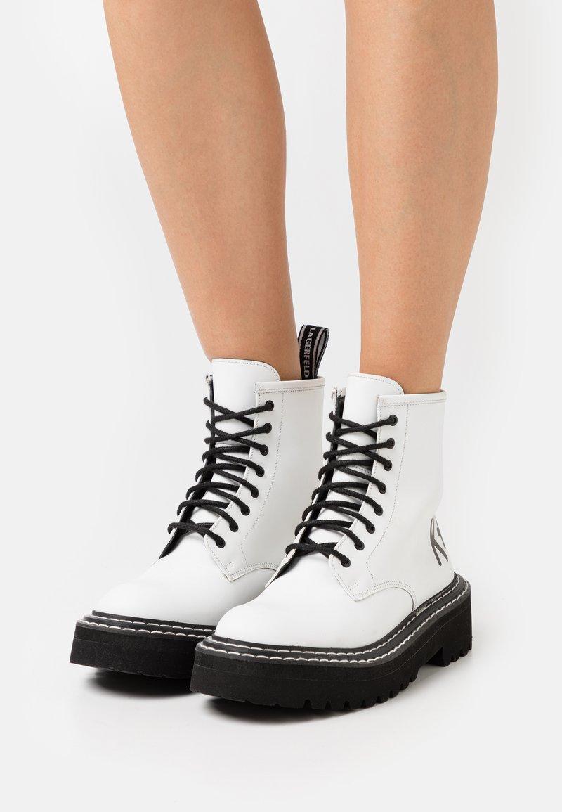 KARL LAGERFELD - PATROL II BRUSH LOGO HI LACE - Kotníkové boty na platformě - white