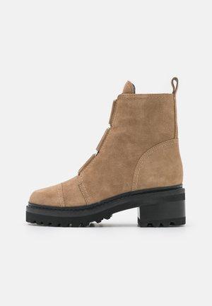 BARRETT BOOT - Kotníkové boty na platformě - warm taupe