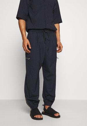 CARGO TRACK PANT - Teplákové kalhoty - navy pinstripe