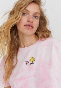 PULL&BEAR - PEANUTS - Print T-shirt - rose - 3