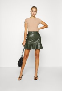 Lost Ink - BELTED FRILL HEM MINI SKIRT - Mini skirt - khaki - 1