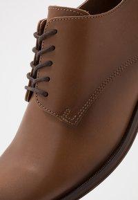 Zign - Elegantní šněrovací boty - cognac - 5