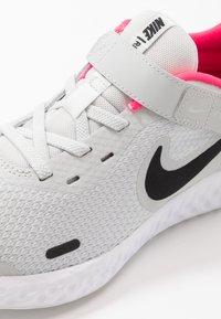 Nike Performance - REVOLUTION 5 FLYEASE - Obuwie do biegania treningowe - photon dust/black/white/pink glow - 2