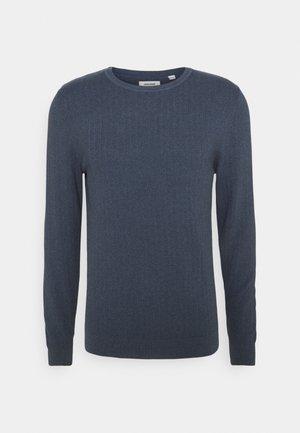 JJFINN CREW NECK - Stickad tröja - china blue