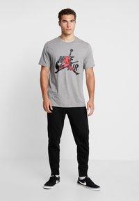 Jordan - CLASSICS  CREW - T-shirt med print - carbon heather/gym red - 1