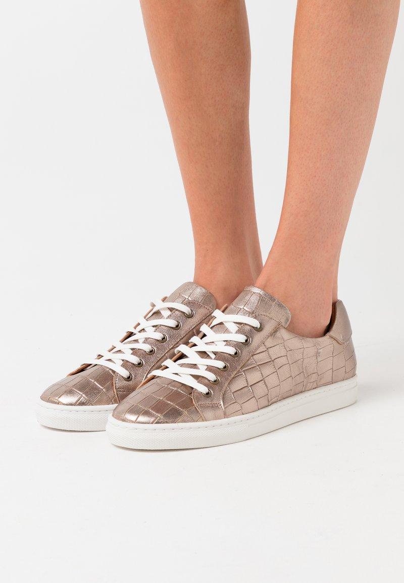 Minelli - Sneakersy niskie - platine