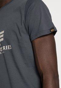 Alpha Industries - Print T-shirt - anthrazit - 4