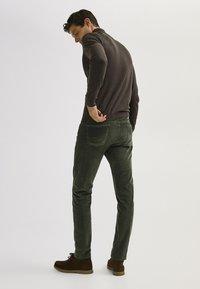 Massimo Dutti - ENTBASTETE  - Trousers - green - 2