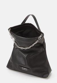 KARL LAGERFELD - SUSTAINABLE AMBER VALLETTA KLXAV FOLDED TOTE - Handbag - black - 3