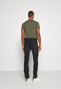 Tommy Jeans - SCANTON SLIM - Vaqueros slim fit - max black - 2