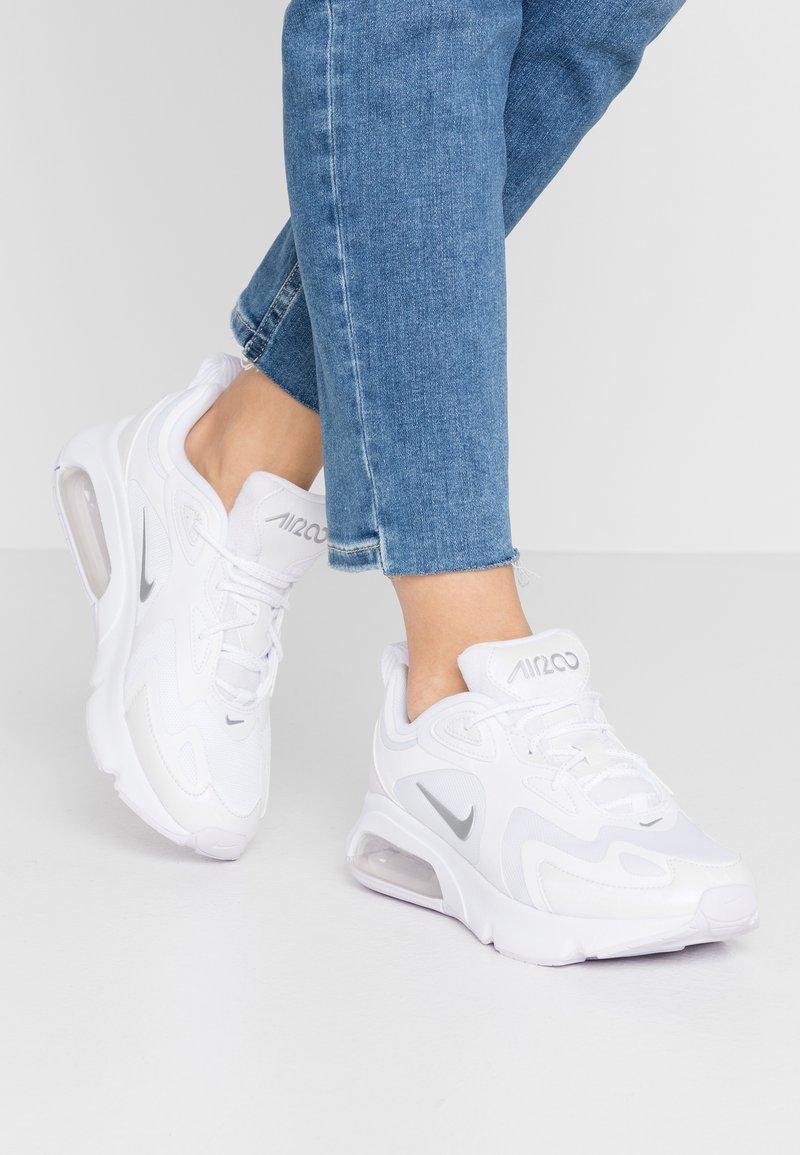 Nike Sportswear - AIR MAX 200 - Sneakersy niskie - white/barely grape/metallic silver