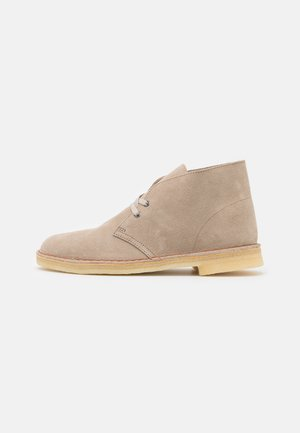 DESERT BOOT - Casual lace-ups - sand