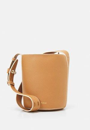 NET MINI BUCKET BAG - Handbag - miele/pergamena