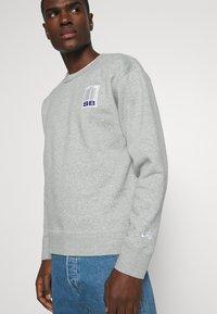 Nike SB - STRIPES CREW UNISEX - Sweatshirt - grey heather/white - 3