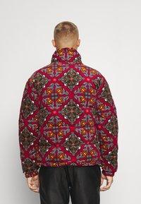 Karl Kani - RETRO REVERSIBLE PUFFER JACKET UNISEX - Lagana jakna - multicolor - 2