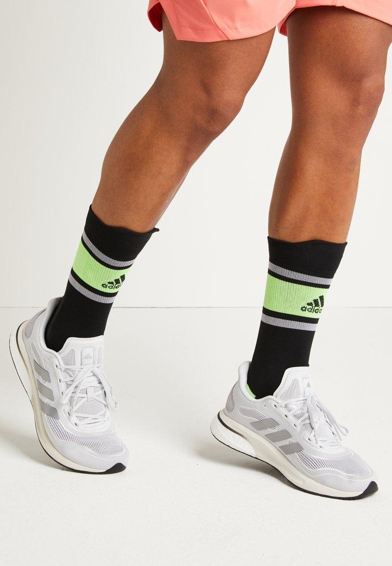 adidas Performance - SUPERNOVA BOOST PRIMEGREEN RUNNING SHOES - Neutrala löparskor - glow grey/core black