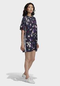 adidas Originals - BELLISTA SPORTS INSPIRED LOOSE DRESS - Sukienka z dżerseju - multicolor - 4