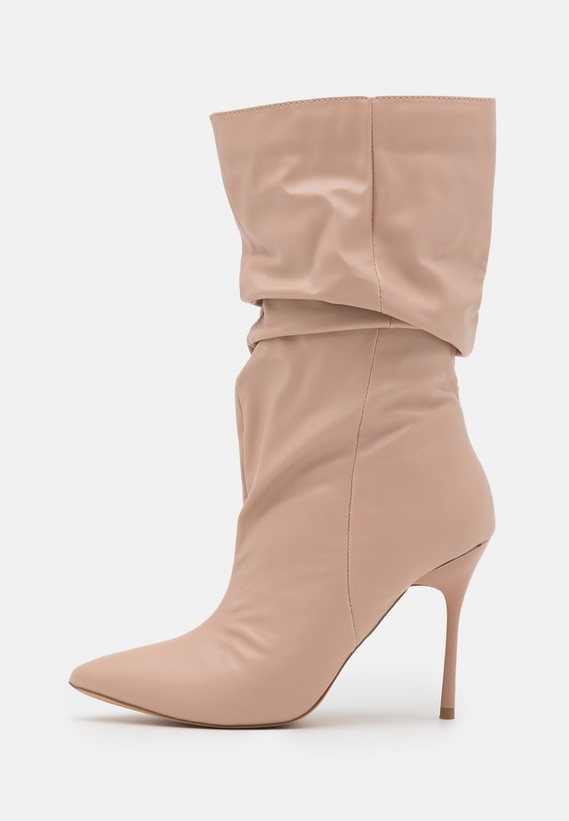 THIN HEEL RUCHED BOOT - Stivali con i tacchi - nude
