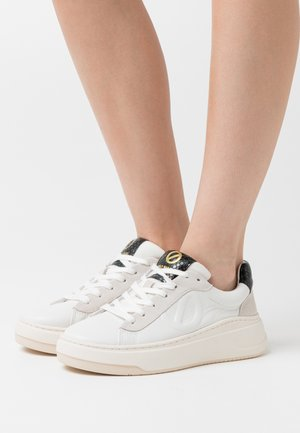 BRIDGET TRAINER - Baskets basses - white/cedre