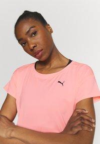 Puma - TRAIN FAVORITE TEE - Camiseta básica - elektro peach - 3