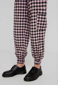 The Ragged Priest - PINK GINGHAM COMBAT TROUSER WITH CUFFED HEM - Kalhoty - pink - 3