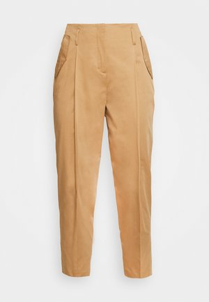 TAPERED PANTS WITH PLEATS AND POCKET FLAPS - Trousers - gold amber