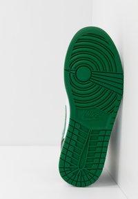 Jordan - AIR 1 MID - Korkeavartiset tennarit - black/pine green/white/gym red - 4