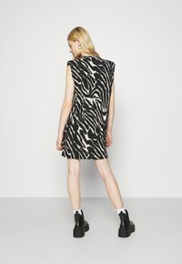 Monki - ALVINA SHOULDER DRESS - Basic T-shirt - zebra - 2