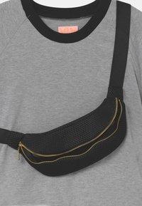 WAUW CAPOW by Bangbang Copenhagen - RAY UNISEX - Print T-shirt - grey - 2