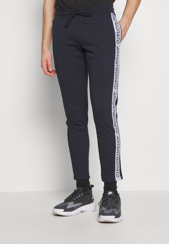 PANT WITH LOGO TAPE ON LEGS - Tracksuit bottoms - ink blue
