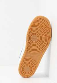 Nike Sportswear - COURT BOROUGH 2 UNISEX - Sneaker low - white/pacific blue/university red/light brown - 5