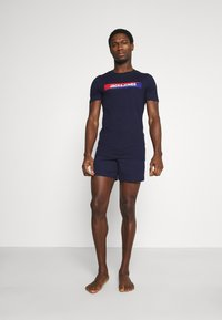 Jack & Jones - JACSHAWN SHORT PANTS SET - Pyžamová sada - maritime blue/navy blazer - 1