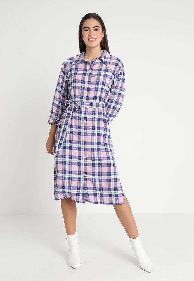 VALENTINA DRESS - Košilové šaty - pink/blue