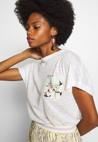 Rich & Royal - WITH POCKET - Print T-shirt - pearl white - 3
