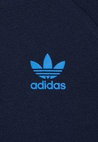 adidas Originals - 3 STRIPES TEE - Print T-shirt - collegiate navy/blue - 3