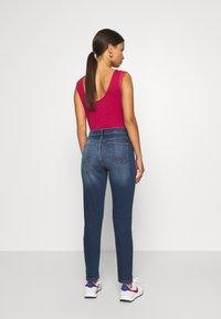 Wallis Petite - MIDWASH SCARLET - Straight leg jeans - blue - 2