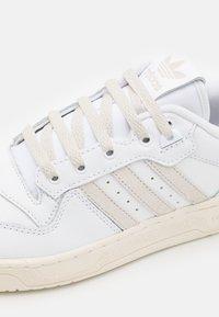 adidas Originals - RIVALRY UNISEX - Sneakers basse - footwear white/alumina/offwhite - 5